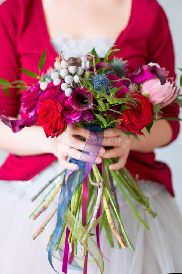 κόκκινος γάμος ανθοδεσμών στοκ εικόνες