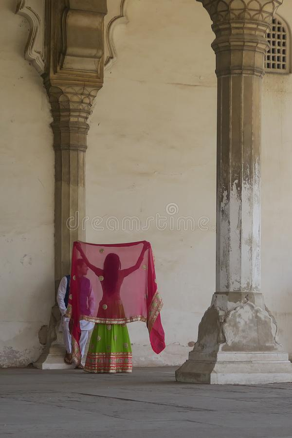 Κόκκινος γαμήλιος βλαστός οχυρών του καλού ζεύγους στη Sari στοκ φωτογραφίες με δικαίωμα ελεύθερης χρήσης