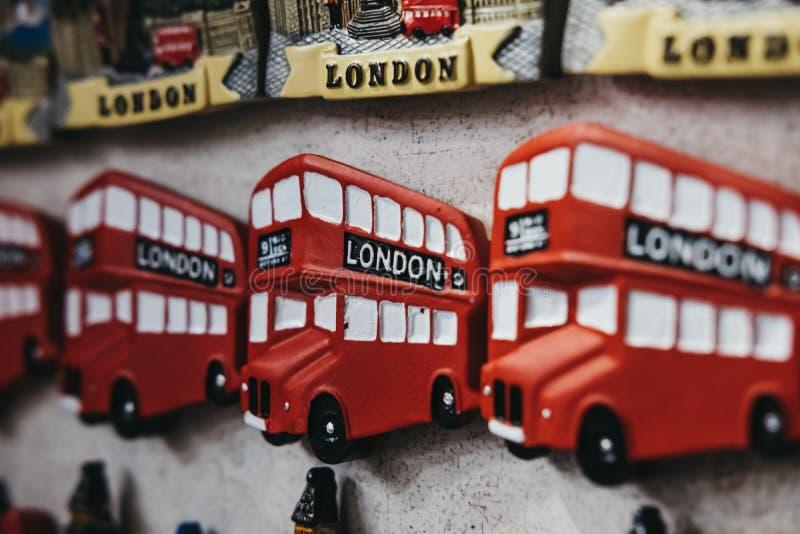 Κόκκινος διπλός μαγνήτης ψυγείων αναμνηστικών λεωφορείων καταστρωμάτων του Λονδίνου στην πώληση στο Λονδίνο, UK στοκ εικόνες με δικαίωμα ελεύθερης χρήσης