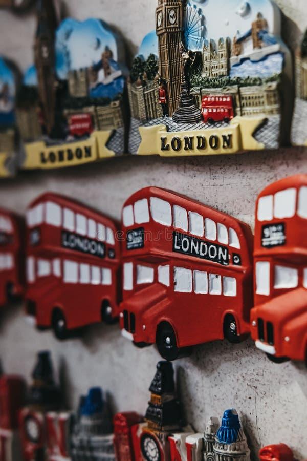 Κόκκινος διπλός μαγνήτης ψυγείων αναμνηστικών λεωφορείων καταστρωμάτων του Λονδίνου στην πώληση στο Λονδίνο, UK στοκ εικόνες