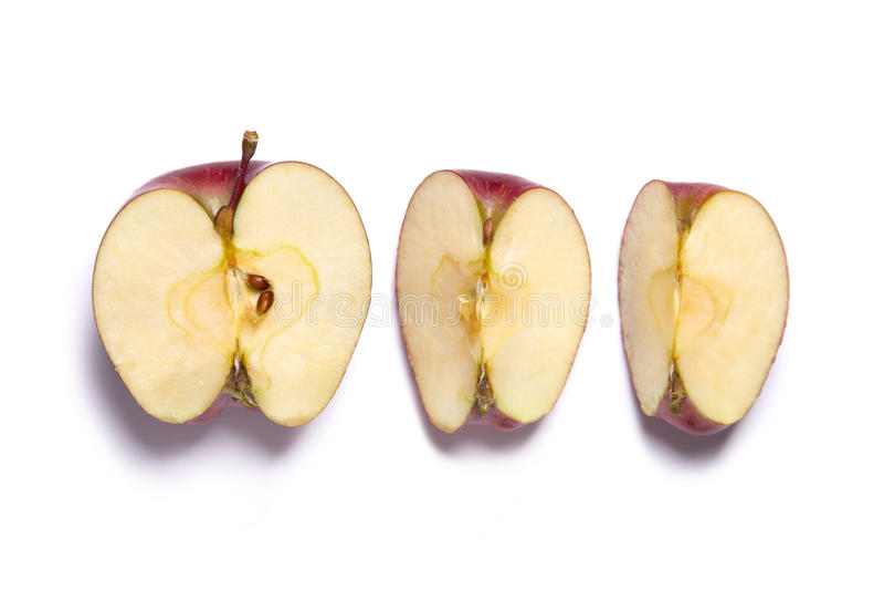 Κόκκινος - εύγευστο μήλο που κόβεται σε μισό και τα τέταρτα στοκ φωτογραφία