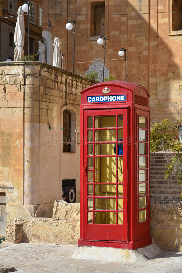 Κόκκινος θάλαμος καρτοτηλεφώνων σε Valletta, Μάλτα στοκ εικόνα