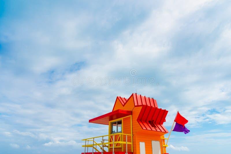 Κόκκινος και Πορτοκαλί ναυαγοσώστης κάτω από έναν ανεστραμμένο ουρανό στο Μαϊάμι Μπιτς στοκ εικόνες