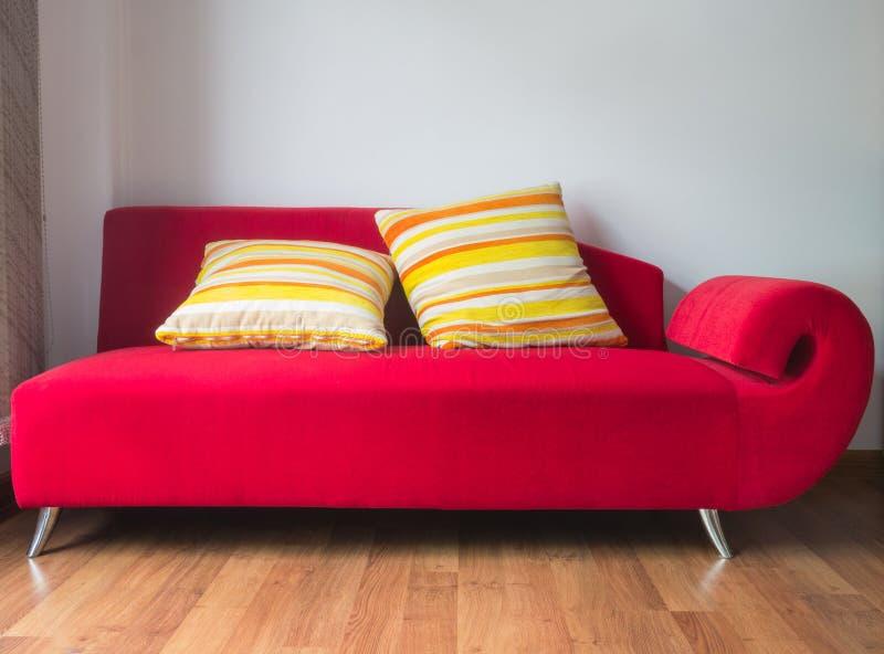 κόκκινος καναπές στοκ φωτογραφίες με δικαίωμα ελεύθερης χρήσης