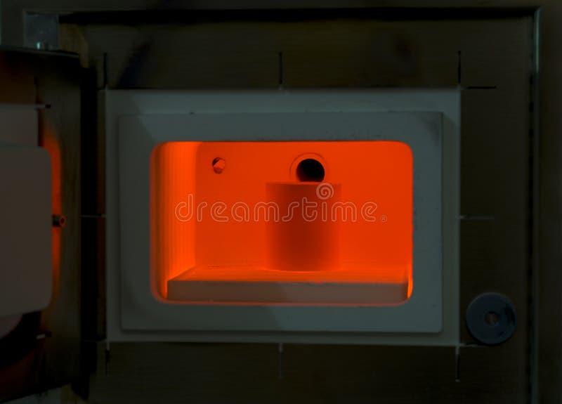 Κόκκινος - καυτός φούρνος για όλα τα είδη φορμών ρίψεων στοκ εικόνες