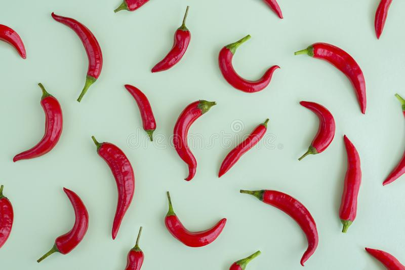 Κόκκινος - καυτό πιπέρι τσίλι στο πράσινο υπόβαθρο, πλαίσιο, flatlay στοκ φωτογραφία