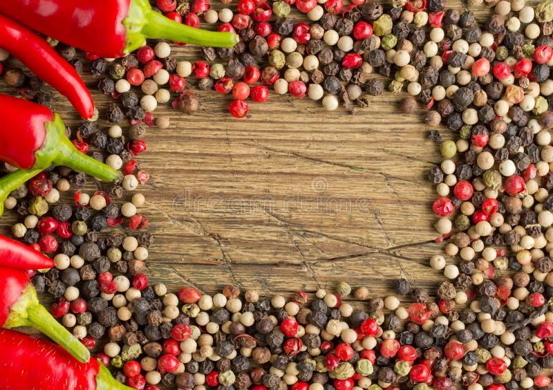 Κόκκινος - καυτό πλαίσιο πιπεριών τσίλι στοκ εικόνες