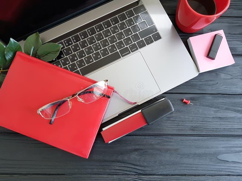κόκκινος μαύρος ξύλινος τοπ άποψης σχεδιαστών υπολογιστών γραφείου lap-top σημειωματάριων έννοιας, καφές στοκ φωτογραφία με δικαίωμα ελεύθερης χρήσης