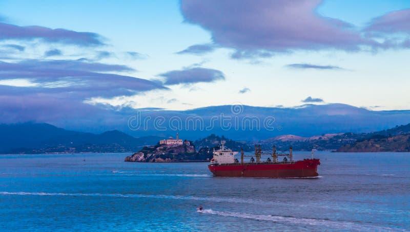 Κόκκινος ναυλωτής από Alcatraz στοκ φωτογραφία με δικαίωμα ελεύθερης χρήσης