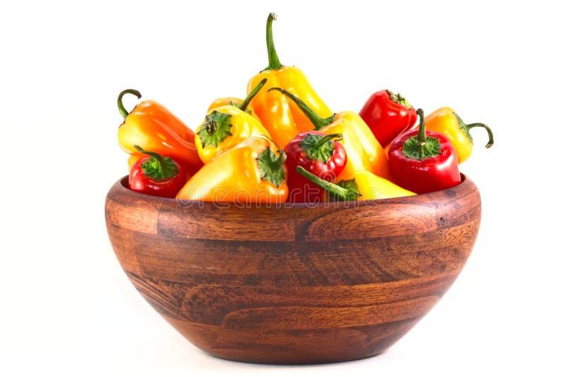 κόκκινος ξύλινος κίτρινος πιπεριών κύπελλων στοκ φωτογραφία