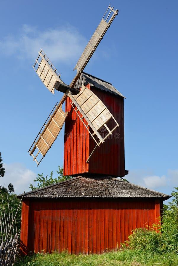 Κόκκινος ξύλινος ανεμόμυλος στοκ φωτογραφία με δικαίωμα ελεύθερης χρήσης
