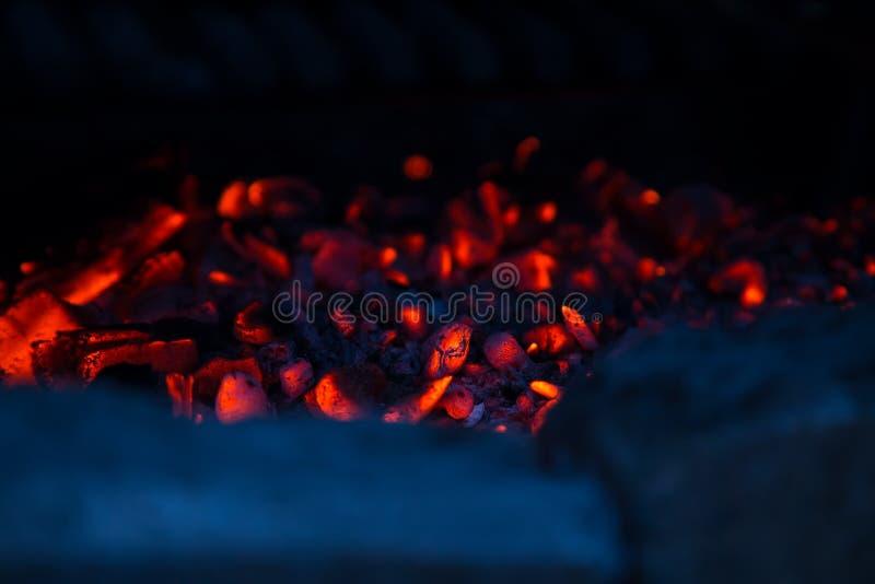 Κόκκινος - οι καυτοί άνθρακες, αφαιρούν κοντά επάνω το υπόβαθρο στοκ εικόνες