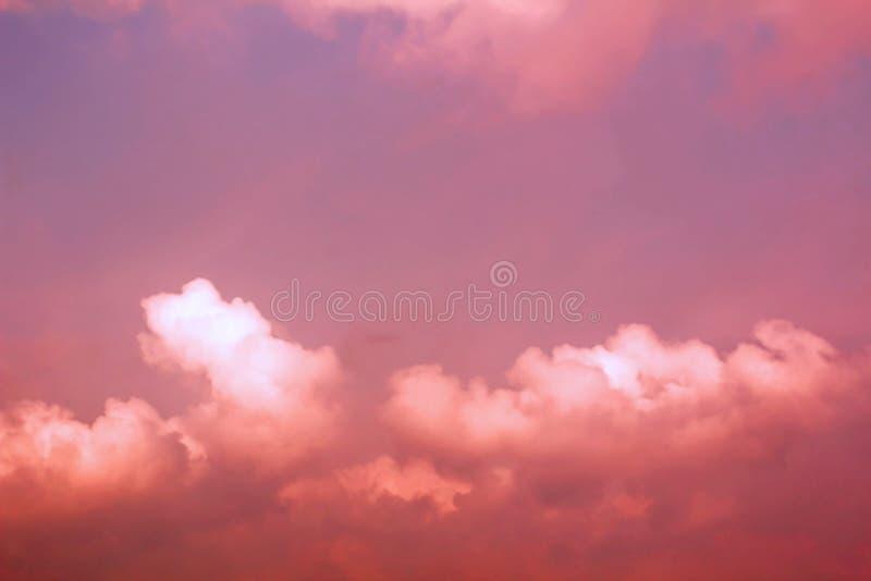 Κόκκινος ουρανός με τα σύννεφα, κοκκινωπή ατμόσφαιρα - αλλοδαπή έννοια ουρανού πλανητών στοκ φωτογραφία με δικαίωμα ελεύθερης χρήσης