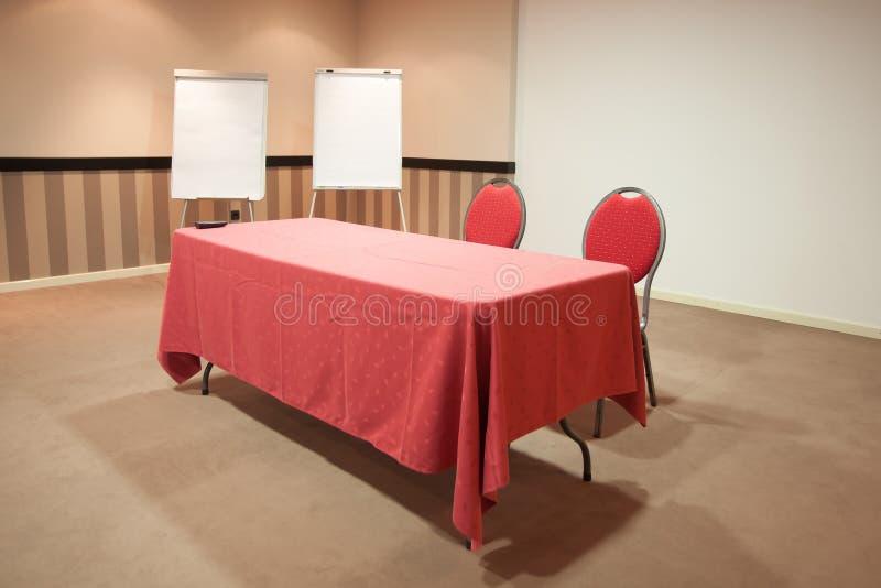 Κόκκινος πίνακας στην κενή αίθουσα συνδιαλέξεων στοκ φωτογραφία με δικαίωμα ελεύθερης χρήσης