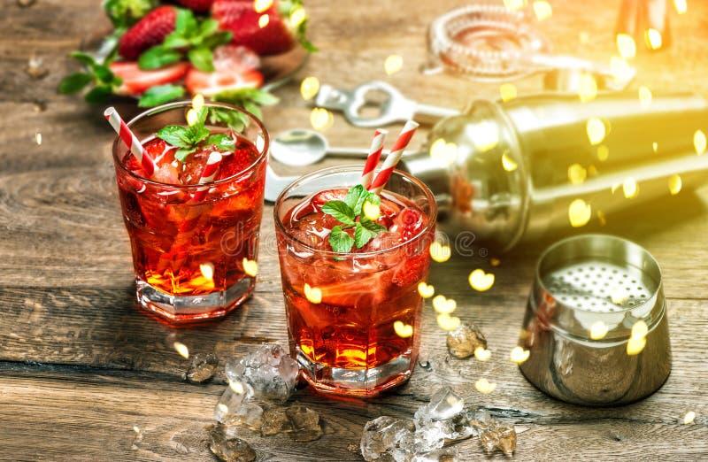 Κόκκινος πιείτε το εκλεκτής ποιότητας ύφος χυμού caipirinha mojito απεριτίφ bokeh στοκ εικόνες