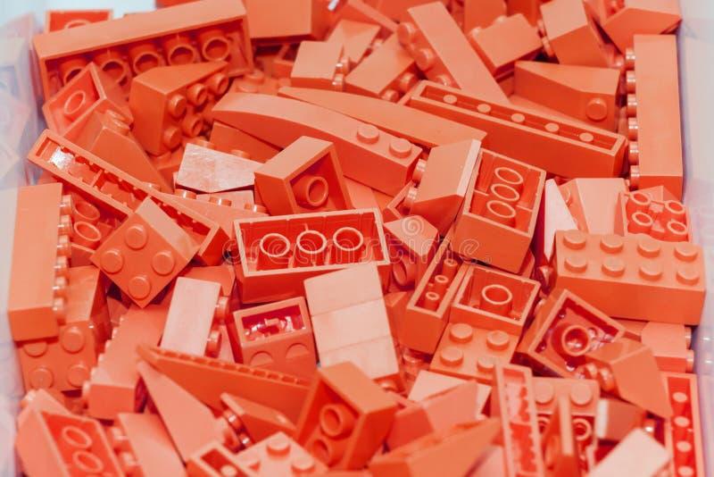 Κόκκινος πλαστικός σχεδιαστής φραγμών κατασκευής Υπόβαθρο των φωτεινών πλαστικών δομικών μονάδων στοκ φωτογραφίες