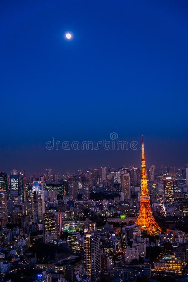 Κόκκινος πύργος του Τόκιο με το φεγγάρι στη σκηνή λυκόφατος και την άποψη πόλεων στοκ φωτογραφίες με δικαίωμα ελεύθερης χρήσης