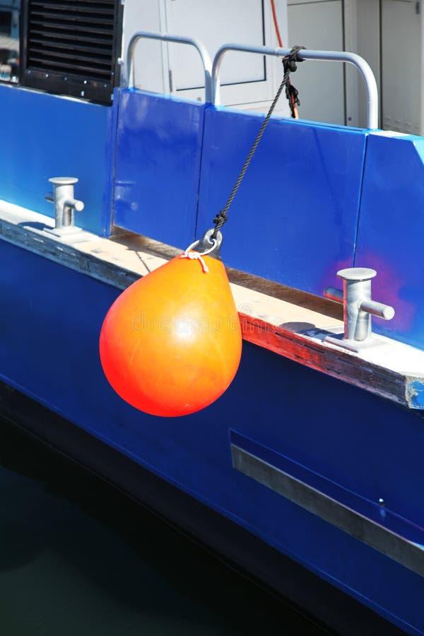 Κόκκινος σημαντήρας σε μια βάρκα στοκ φωτογραφία με δικαίωμα ελεύθερης χρήσης