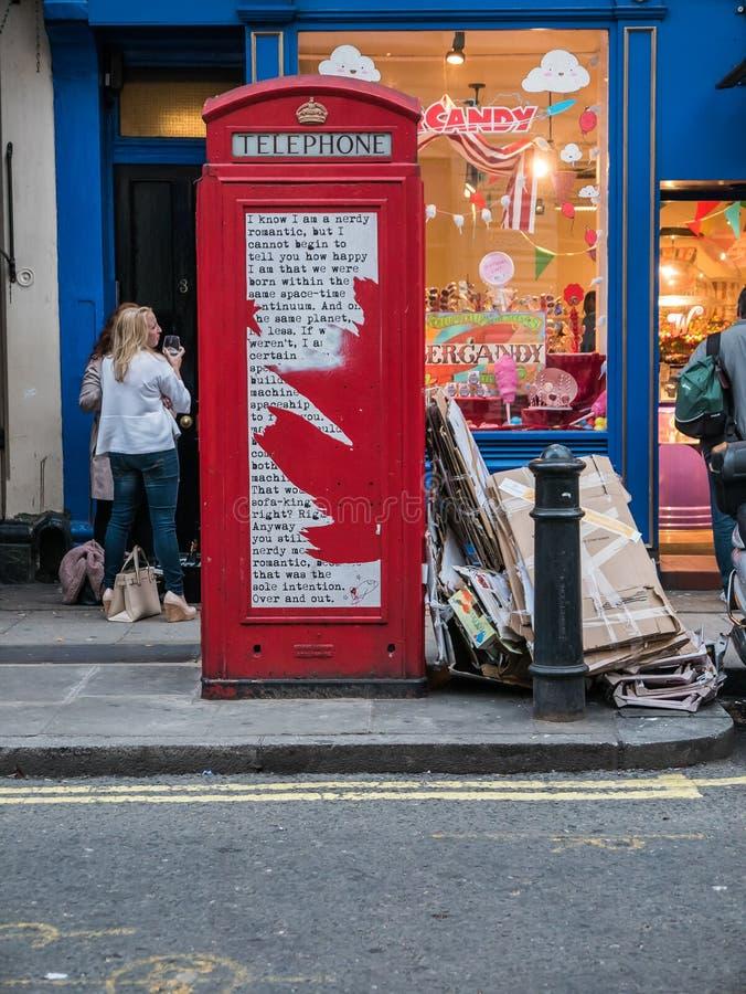 Κόκκινος τηλεφωνικός θάλαμος του Λονδίνου με την ποίηση οδών στοκ εικόνες