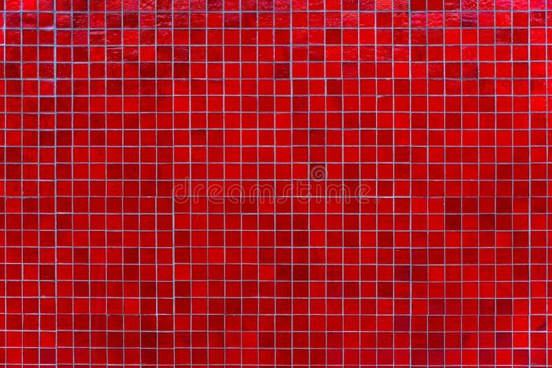 Κόκκινος τοίχος κεραμιδιών μωσαϊκών Αφηρημένο τετραγωνικό κόκκινο υπόβαθρο κεραμιδιών μωσαϊκών στοκ εικόνα με δικαίωμα ελεύθερης χρήσης