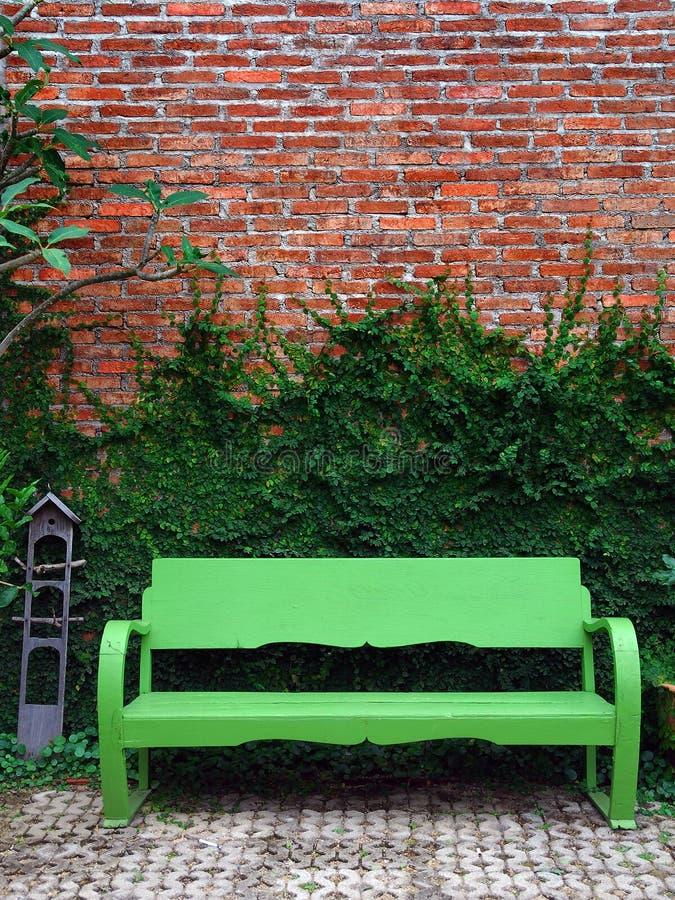 κόκκινος τοίχος πράσινων &ph στοκ εικόνες με δικαίωμα ελεύθερης χρήσης