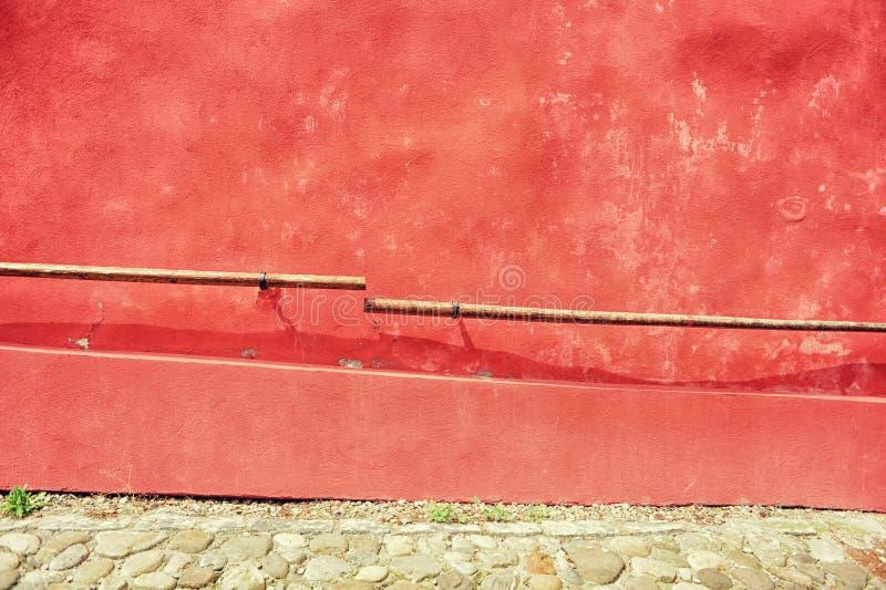 κόκκινος τοίχος σε παλαιό στοκ φωτογραφία