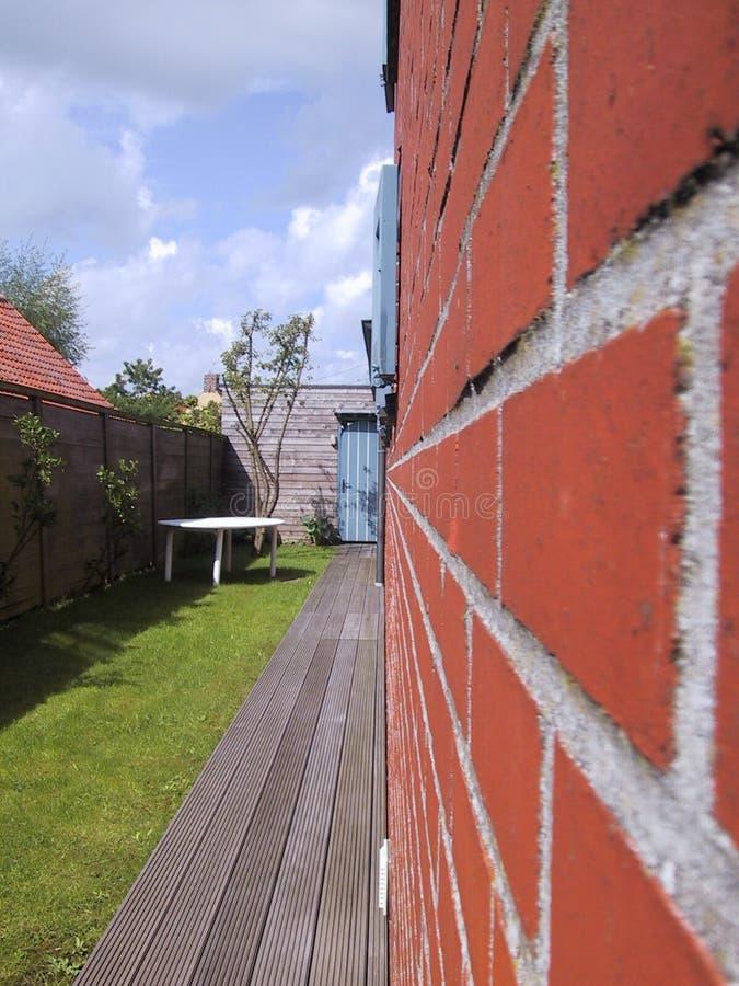Download κόκκινος τοίχος στοκ εικόνες. εικόνα από κήπος, σπίτι, δάσος - 124184