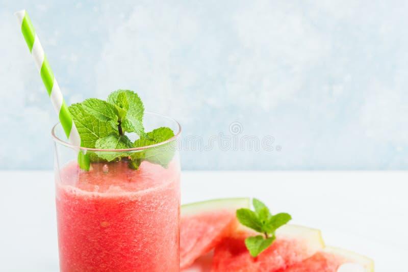 Κόκκινος υγιής φρέσκος χορτοφάγος coctail με το καρπούζι, το λεμόνι και τη μέντα στοκ φωτογραφία