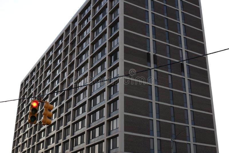 Κόκκινος φωτεινός σηματοδότης με το κτήριο στην πλάτη στοκ εικόνες