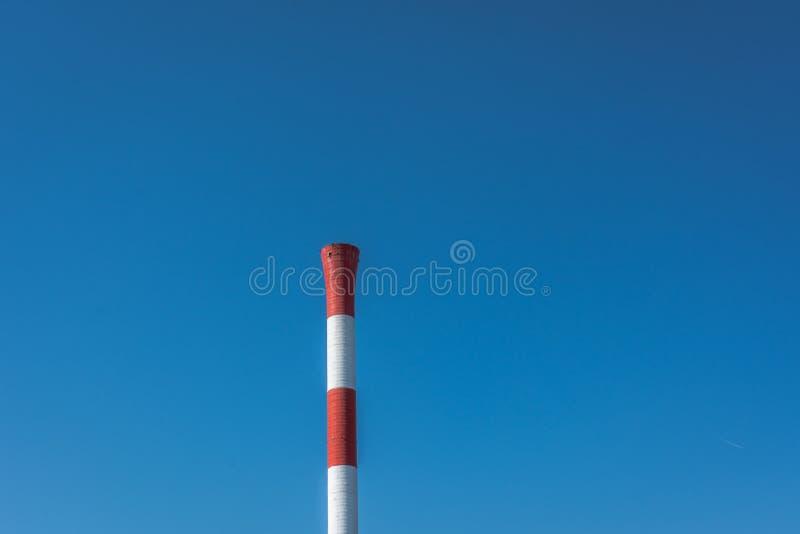 Κόκκινο άσπρο χρώμα καπνοδόχων εργοστασίων στοκ εικόνα με δικαίωμα ελεύθερης χρήσης