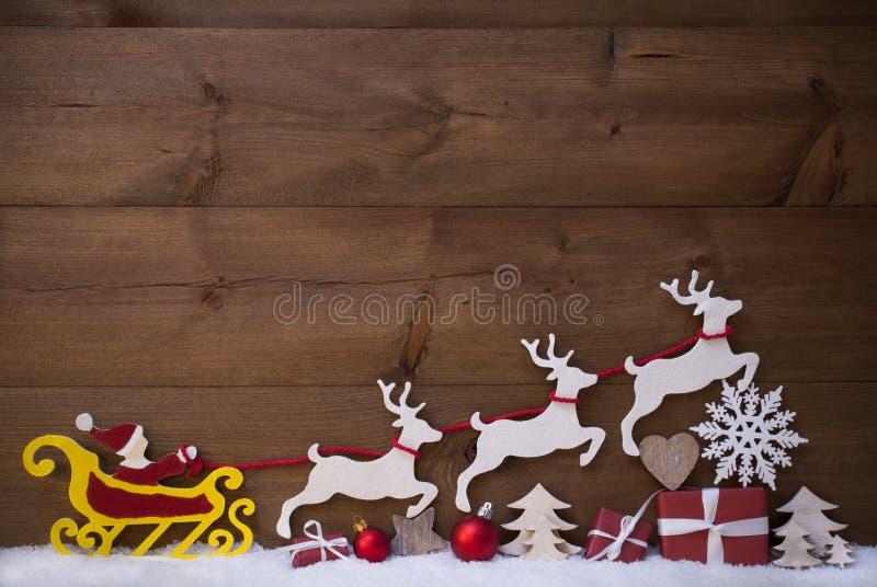 Κόκκινο έλκηθρο Άγιου Βασίλη με τον τάρανδο, χιόνι, διακόσμηση Χριστουγέννων στοκ εικόνες