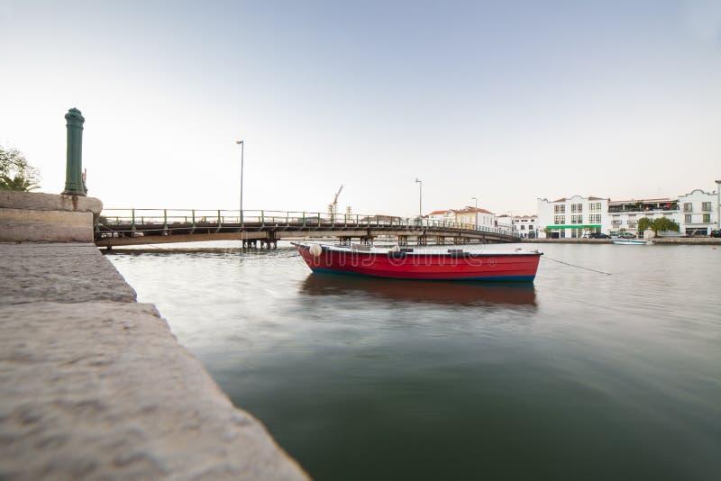 Κόκκινο αλιευτικό σκάφος στην πρόσδεση κοντά στο Ταβίρα κάτω από την πόλη, Πορτογαλία στοκ εικόνα με δικαίωμα ελεύθερης χρήσης