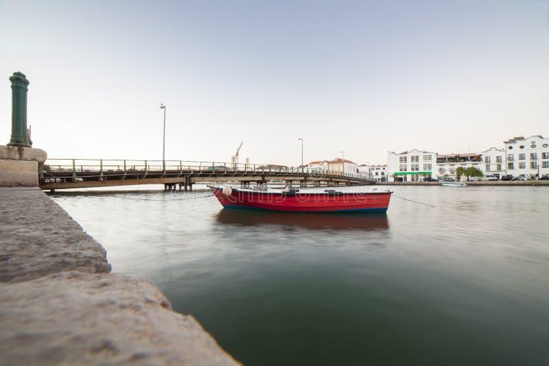 Κόκκινο αλιευτικό σκάφος στην πρόσδεση κοντά στο Ταβίρα κάτω από την πόλη, Πορτογαλία στοκ εικόνες με δικαίωμα ελεύθερης χρήσης