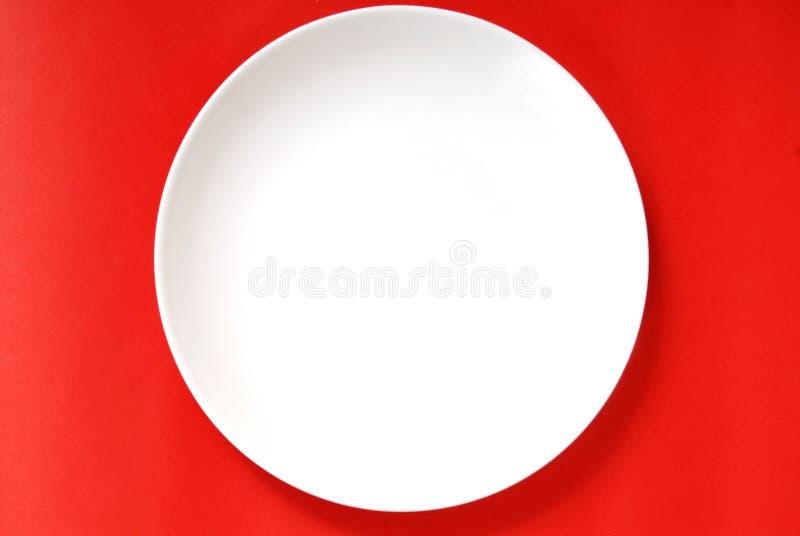 κόκκινο απλό λευκό πιάτων ανασκόπησης στοκ εικόνες με δικαίωμα ελεύθερης χρήσης
