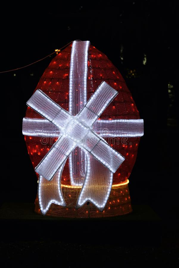Κόκκινο αυγό Πάσχας στο φως νύχτας στοκ φωτογραφία με δικαίωμα ελεύθερης χρήσης