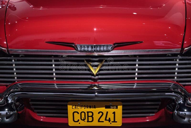 Κόκκινο αυτοκίνητο ακροβατικής επίδειξης μανίας του Πλύμουθ του 1958 στοκ εικόνες