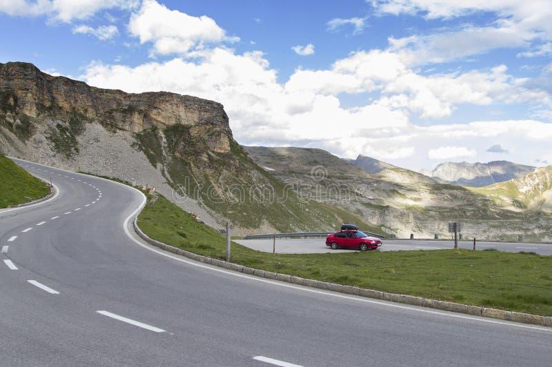 Κόκκινο αυτοκίνητο με το ράφι στεγών στοκ εικόνα με δικαίωμα ελεύθερης χρήσης
