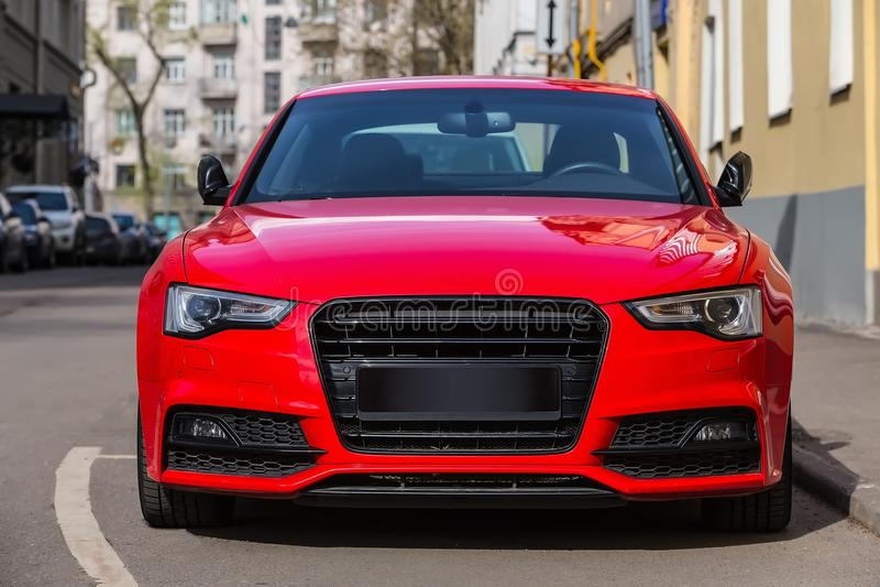 κόκκινο αυτοκίνητο πολυτέλειας που σταθμεύουν στην πόλη στοκ εικόνες με δικαίωμα ελεύθερης χρήσης
