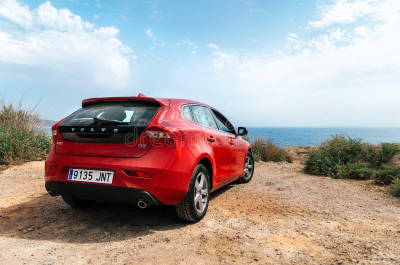 Κόκκινο αυτοκίνητο VOLVO v40 που στέκεται στην άκρη του απότομου βράχου ενάντια στη θάλασσα στοκ εικόνες