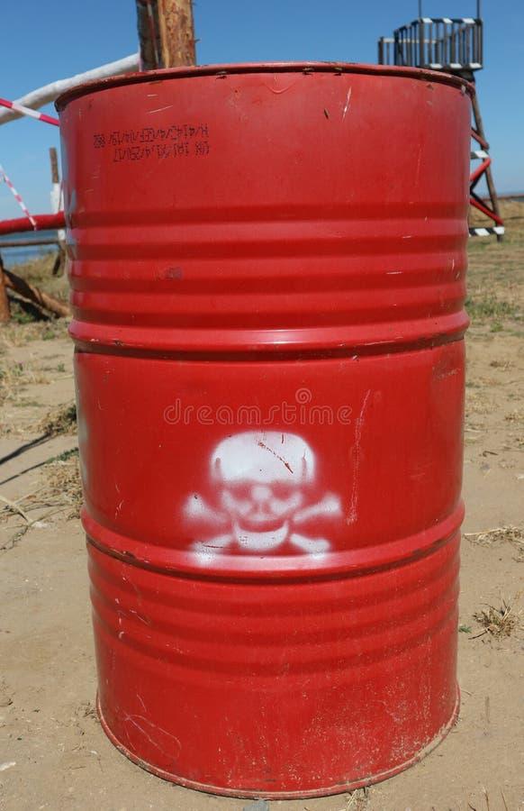 Κόκκινο βαρέλι με το επικίνδυνο φορτίο: χημικές ουσίες, τοξικά απόβλητα ή δηλητήριο στοκ εικόνες