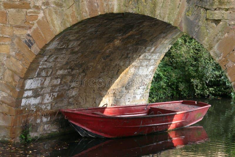 Download κόκκινο βαρκών στοκ εικόνες. εικόνα από ύδατα, πέτρα, πασπαλίζοντας - 377068