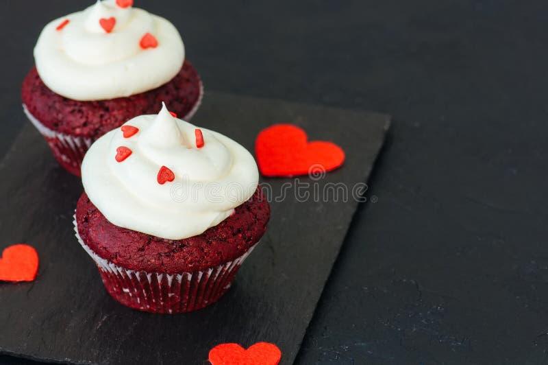 Κόκκινο βελούδο Cupcakes με το πάγωμα τυριών κρέμας στοκ φωτογραφία με δικαίωμα ελεύθερης χρήσης