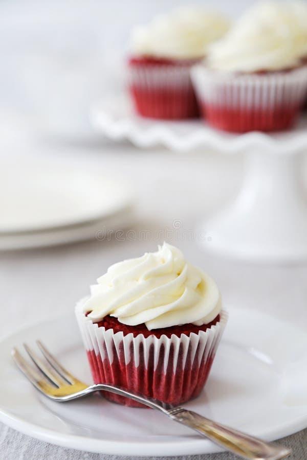 Κόκκινο βελούδο cupcakes στοκ εικόνες