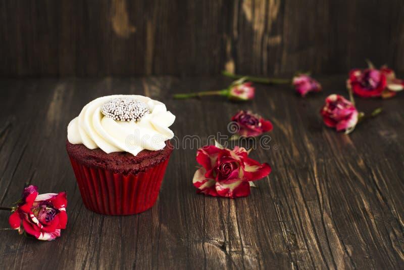 Κόκκινο βελούδο cupcakes πέρα από το ξύλινο υπόβαθρο στοκ φωτογραφία με δικαίωμα ελεύθερης χρήσης