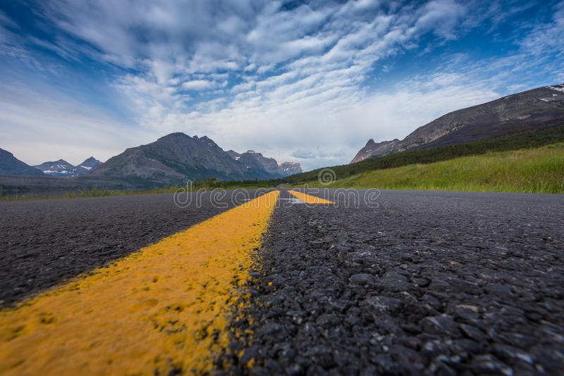 Κόκκινο βουνό αετών που αντιμετωπίζεται από τη μέση του δρόμου στοκ φωτογραφία με δικαίωμα ελεύθερης χρήσης