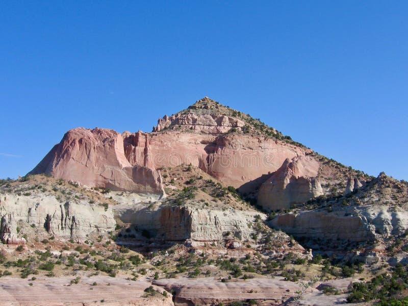 Κόκκινο βουνό βράχου πυραμίδων με το μπλε ουρανό μια όμορφη ημέρα ερήμων νοτιοδυτικές Πολιτεία στο Νέο Μεξικό στοκ εικόνα με δικαίωμα ελεύθερης χρήσης