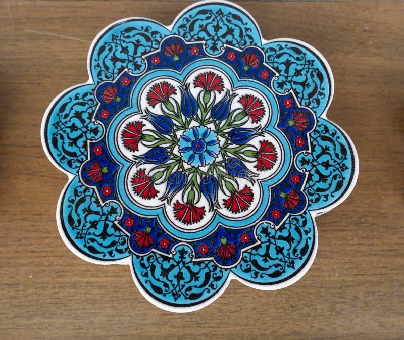 Κόκκινο γαρίφαλο και μπλε ακτοφύλακας trivet τουλιπών floral στοκ φωτογραφία