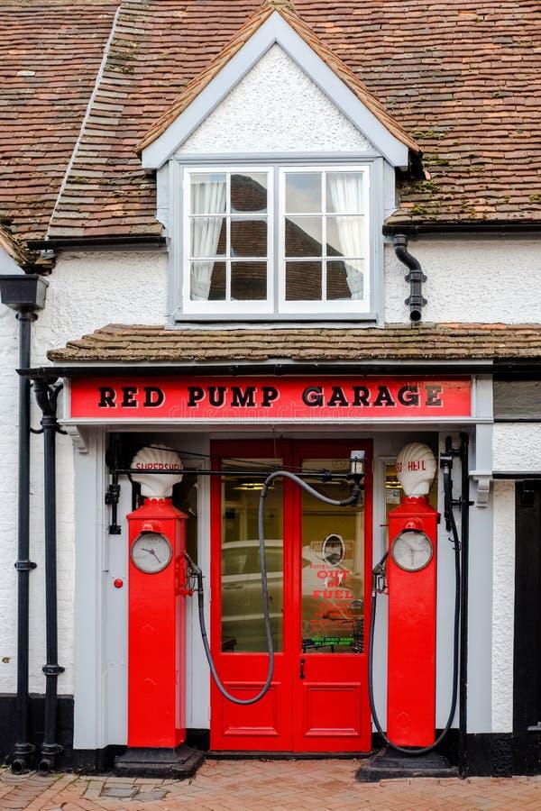 Κόκκινο γκαράζ αντλιών, μεγάλο Missenden, UK στοκ φωτογραφία