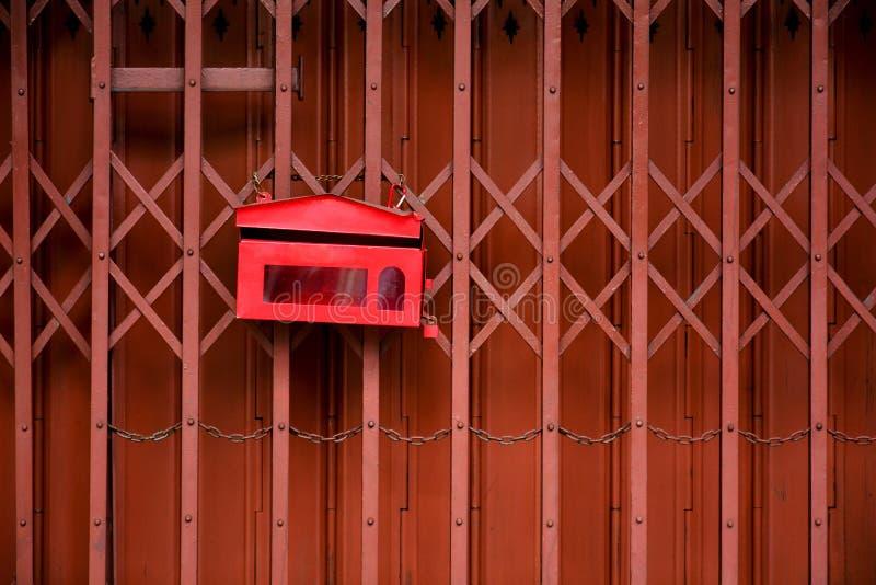 Κόκκινο γραμματοκιβώτιο σε μεταλλική θύρα ολίσθησης στοκ φωτογραφία με δικαίωμα ελεύθερης χρήσης