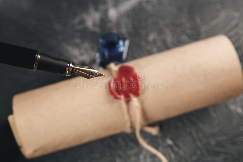 Κόκκινο γραμματόσημο κεριών στο έγγραφο εγγράφου που απομονώνεται στοκ εικόνες με δικαίωμα ελεύθερης χρήσης